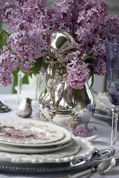 Elegant table scape in lilac and white. Lila Party, Beautiful Table Settings, Deco Floral, All Things Purple, Decoration Table, Table Centerpieces, Centrepieces, Wedding Centerpieces, Wedding Table