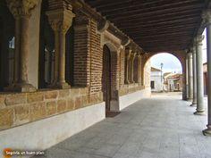 Iglesia de San Esteban en Nieva (Segovia) con su recientemente descubierto pórtico del s.XIII. Nieva es una localidad famosa por sus magníficos caldos.