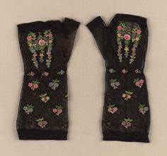 Early 19th century, America - Pair of woman's mitts - Silk netting with silk tambour work