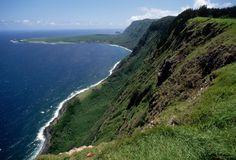 """Kalaupapa, Hawaii. 1010 metri di altezza che si """"tuffano"""" nell'Oceano Pacifico: la scogliera di Kalaupapa, sull'isola hawaiana di Molokai, risulta essere la più alta del mondo"""