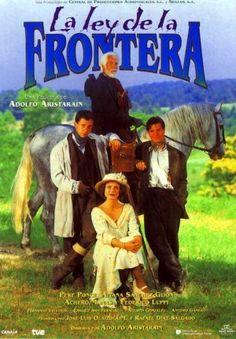 """DVD CINE 880 - A lei da fronteira (1998) España. Dir: Adolfo Aristarain. Aventuras. Comedia. 1900 (circa). Galicia. Sinopse: Joao, un rapaz de familia adiñeirada, e Xan, fillo dun mineiro, atópanse na fronteira galaico-portuguesa. Xuntos rouban cabalos, asaltan recadadores e coñecen a Bárbara, unha xornalista que busca ao """"Arxentino"""", un coñecido bandido, para entrevistalo."""