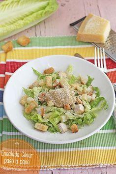 La ensalada César es una excelente receta de verano. Aprende a preparar una ensalada César paso a paso. Te enseñamos incluso a hacer la salsa César.
