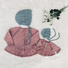 @millefryd-knitwear Årh siger jeg bare det er da noget af det fineste match mellem dukkemor og dukkebarn Tak fordi du deler @knitting_ellie Vil du også strikke matchende garderobe til dukke og barn, så finder du alle opskrifterne i min shop og der er link i profil . . . #camillecardigan #lilykyse #lilybonnet #millefrydknitweardukkestrik #millefryd_knitwear #millefrydknitwear #strikkemamma