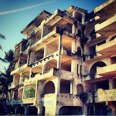 Cuando la naturaleza exige construcciónes perfectas, este hotel no lo pudo lograr.
