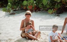 April Princess Diana with her boys Prince William and Prince Harry with their Grandma Frances Shand-Kydd, their cousins too, on Necker Island, one of the Virgin Islands. Here Diana on the beach with her boys. Images Of Princess, Princess Diana Pictures, Diana Son, Lady Diana Spencer, Harry Windsor, Diana Williams, Princesa Diana, Niece And Nephew, Prince Harry And Meghan