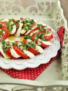 Przepis na sałatkę Caprese, włoską sałatkę ze świeżych pomidorów, sera mozzarella i bazylii.