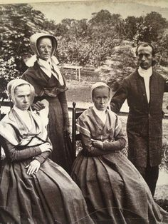 Three shaker sisters and a brother Vintage Textiles, Vintage Quilts, Utopian Society, Green Farm, Sister Photos, Portrait Pictures, Plain Dress, Colonial America, Persecution