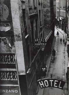 Rue Quincampoix, Paris. 1932 Photographer: Brassaï