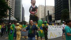São Paulo: #Manifestantes se reúnem na Av Paulista para pedir impeachment de Dilma