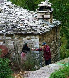 """Νοσταλγικές αναμνήσεις: Το σπίτι στο χωριό, τόση """"ομορφιά"""" κλεισμένη σε λίγα τετραγωνικά Corfu, Crete, Greece Photography, Art Photography, Santorini Villas, Myconos, Old Couples, Aot Characters, Luxury Villa"""