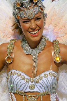 Samba with a Smile Carnival Dancers, Carnival Girl, Carnival 2015, Brazil Carnival, Carnival Outfits, Carnival Costumes, Rio Photos, Divas, Samba Costume