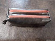 Trousse Zip-Zip en gris métal et fermeture saumon cousue par Nellie - Patron Sacôtin