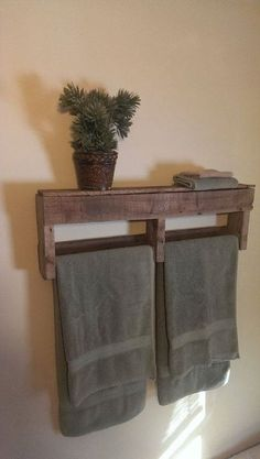 Bathroom Storage Ideas - The majority of us have small bathrooms where there's small area to put furniture pieces or make any huge makeovers. Save money and area with these DIY rustic bathroom storage ideas! Pallet Shelves, Diy Furniture, Rustic Diy, Wood Pallets, Pallet Towel Rack, Wood Projects, Towel Rack Bathroom, Home Diy, Pallet Diy