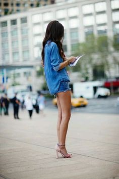 Denim shorts - via The Sartorialist The Sartorialist, Look Jean, Denim Look, Blue Denim, Denim Style, Dark Denim, Double Denim, Denim Fashion, Look Fashion