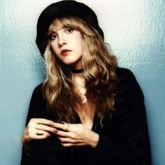 Share the joy 1 Stevie Nicks. This is one lady who always looks beautiful in any photo! Source by roseskulls in 2019 Stevie Nicks Young, Stevie Nicks Fleetwood Mac, Stevie Nicks Witch, Stevie Nicks Costume, Pretty People, Beautiful People, Viejo Hollywood, Stephanie Lynn, Foto Casual
