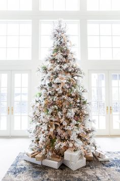 Christmas is coming up and you know what that means. It's time to decorate your christmas tree! Here are 10 elegant Christmas tree decorating ideas to try. Elegant Christmas Trees, Magical Christmas, Merry Little Christmas, Pink Christmas, Beautiful Christmas, Winter Christmas, Christmas Home, Flocked Christmas Trees Decorated, Champagne Christmas Tree