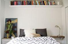 criados diferentes dão um ar mais descolado ao quarto. A prateleira no alto da parede pode guardar outras coisas, além de livros - é um jeito bacana de otimizar o espaço. #bedroom #shelf #organizing #decor #interiordesign #smallspaces