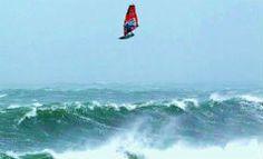 Session de windsurf na Irlanda pode ter sido a mais radical da história!