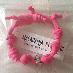 #macadamiarepublic ha elaborado las pulseras solidarias que ya están a la venta en la Aecc Elche. Y muy pronto, otro modelo! #trapillo #handmade #hechoamano