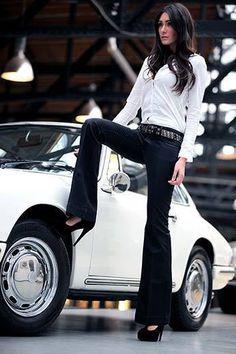 Is she trying to puncture that tyre with her heel? Est-ce qu'elle essaie de percer ce pneu avec son talon? Wird sie versuchen, diese Reifen mit dem Absatz durchstechen?