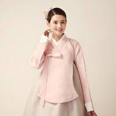 작은부분까지 예민하게 작업했던 봄 신상한복 핑크와 그레이는 실패없는 컬러배색이지만 채도감을 잘못쓰면 지루해 보일수 있는 색상..조심스러웠는데 완성품이 예뻐서 기분이 좋다. #신부 #결혼식