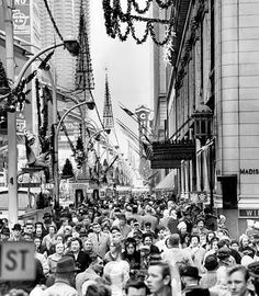 CHICAGO STATE STREET – CHRISTMAS SHOPPERS – c1960 – FROM CHICAGO TRIBUNE ONLINE