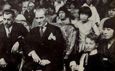 Cumhurbaşkanı Gazi Mustafa Kemal, Ankara Palas'taki çocuk balosunda, Ömer İnönü ile  (23 Nisan 1929)