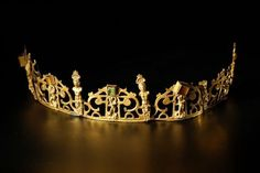 Crown or tiara gilded copper. Photo SVV Prunier consisting of five articulated elements, decorated with Atlantis, putti, carved beads and leather. Royal Crowns, Royal Tiaras, Tiaras And Crowns, Renaissance Jewelry, Ancient Jewelry, Antique Jewelry, Viking Jewelry, Royal Jewelry, Gold Jewelry