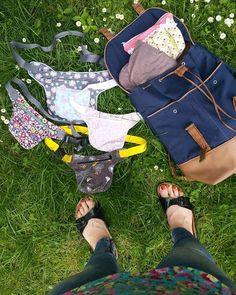 Heute als #nähfee unterwegs  Auf dem Weg nach Köln zu einer lieben Freundin, die mit ihrem Therapiehund in Kindergärten arbeitet. Ich bringe ihr vier kleine #schnabelina #hipbags mit, welche die Kinder als Leckerchenbeutel im Training nutzen werden  Außerdem mit dabei: Mein #rucksack #pakke von #kreativlaborberlin und #pusteblog, meine #kosmetiktasche #susie von #pattydoo und eine braunmelierte #lupita von #milchmonster Ach ja, und ich trage heute eine #mysimplysummer von #schaumzucker...