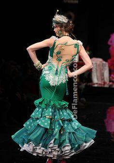 NECESITO este vestido.  NECESITA.  Es tan perfecto ... los puntos verdes y la polca y volantes y encajes y toques de oro y tiene que pertenecer a mí en este momento, por favor.