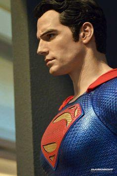 """Fotos de la exhibición que esta realizando Hot Toys en Hong Kong de """"Batman v Superman: Dawn of Justice"""" en el Festival Walk. Montaron una mega muestra y como novedad se mostraron las figuras escala real de Superman, Wonder Woman y Batman versión normal, todas muy buenas! Tambien revelaron el Cosbaby de Robin (si así se llamará en el film), en realidad el traje, como se ve en el trailer."""
