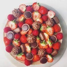 Min fødselsdagskage med baileys, bær og chokolade New Year's Food, Food N, Food And Drink, Baking Recipes, Snack Recipes, Healthy Recipes, Snacks, Healthy Food, Sweet Desserts