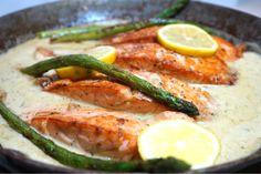 Stekt lax med krämig vitlöks och dijonsås - Victorias provkök Fish Recipes, Lunch Recipes, Seafood Recipes, Vegetarian Recipes, Dinner Recipes, Healthy Recipes, Salmon Dishes, Food Inspiration, Love Food