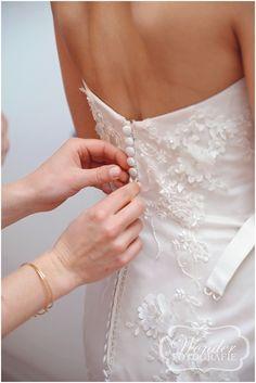 Aankleden bruid -Trouwfotograaf Almere - Bruidsfotografie - Trouwfotografie - Zeewolde - Kampen - Wedding Photography - http://www.wonder-fotografie.nl