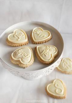 Biscotti alle amarene con copertura al cioccolato bianco