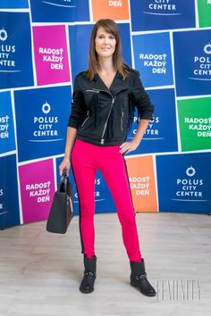 Romana má krásnu štíhlu postavu, ktorá je ideálna na takýto typ oblečenia. Tento outfit sme doplnili trendy členkovými čižmičkami a kabelkou značky Danea .