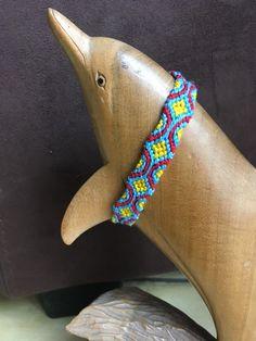 Bracelet brésilien modèle Tapisserie (bleu, jaune, rouge) de la boutique DelCreaCie sur Etsy