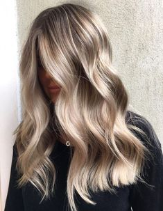 This medium length haircut has long layering with choppy, textured tips. Super-flattering beige, honey, caramel and ice-blue medium hairstyles for wom. Medium Blonde Hair, Blonde Hair Looks, Honey Blonde Hair, Medium Length Blonde, Going Blonde, Champagne Blonde Hair, Medium Champagne Hair Color, Medium Hair Styles, Long Hair Styles