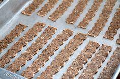 Palitos integrais com gergelim, linhaça e chia - Você vai se apaixonar por esses palitinhos saudáveis, ricos em fibras e simplesmente deliciosos. Você pode usar as sementes que mais gosta e criar a sua versão, você também pode adicionar ervas desidratadas, pimenta e muito mais. Faça esses biscoitos salgados integrais na sua casa. A receita é fácil, eles são assados e perfeitos para um lanche saudável. Whoopie Pies, Scones, Biscotti, Crackers, Food And Drink, Gluten, Cookies, Desserts, Recipes