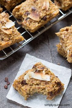 These simple quinoa breakfast bars are flavored with toasted coconut and chocolate chips, making for a healthy and delicious on-the-go breakfast treat that you and your kids wi (Quinoa Recipes For Kids) Quinoa Breakfast Bars, Power Breakfast, Breakfast On The Go, Breakfast Recipes, Breakfast Ideas, Quinoa Bars, Breakfast Healthy, Breakfast Cookies, Breakfast Dishes