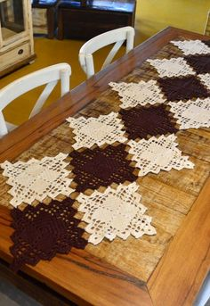 Trilho de Mesa Quadrados • Círculo S/A Easy Crochet Hat, Crochet Snowflake Pattern, Crochet Towel, Crochet Dishcloths, Filet Crochet, Crochet Blanket Patterns, Crochet Gifts, Crochet Motif, Crochet Table Runner