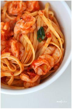 super easy chilli prawn linguini- use gluten free linguini Prawn Recipes, Seafood Recipes, Pasta Recipes, Cooking Recipes, Healthy Recipes, Healthy Food, Spaghetti Recipes, Quick Recipes, Cooking Ideas