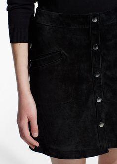 Jupe noire : 49,99€. RÉF. 43070287 Jupe en pécari à boutons-pression sur le devant. Poches passepoilées et doublure.