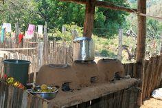 Fogão de barro de três bocas. Uma panela cheia de arroz. | Flickr – Compartilhamento de fotos!