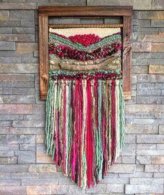 Un favorito personal de mi tienda de Etsy https://www.etsy.com/es/listing/449993938/woven-wall-hanging #weaving #wovenwallhanging #woven #wall #hanging #weaving