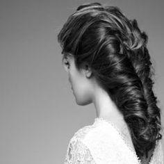 Una carrellata di proposte per acconciare i capelli nel giorno del sì. Chignon, semiraccolti o chiome fluenti per tutte le lunghezze e gli stili