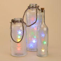 Tarros y botellas con luces de colores para iluminar ambientes exteriores o interiores y dar un toque especial a tus cenas o eventos. Disponibles en diferentes tamaños y formatos #tarrosluz #tarros #led