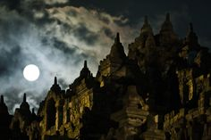 A full moon is seen at Borobudur temple during Vesak Day, commonly known as 'Buddha's birthday', at the Borobudur Mahayana Buddhist monument on May 17 in Magelang, Indonesia. (Ulet Ifansasti/Getty Images) #