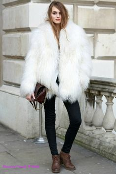 Get Inspired By These 36 Street Style Snaps From London Fashion Week furry fur coat Look Street Style, Autumn Street Style, Street Styles, Fur Fashion, Fashion Week, Fashion Trends, Street Fashion, Moda Barcelona, Winter Outfits