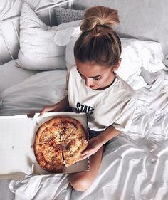 Image de food, girl, and pizza Disney Instagram, Instagram Girls, Instagram Feed, Pizza Girls, Bed Picture, Tumblr Girls, Bed Tumblr, Art Music, Photoshoot